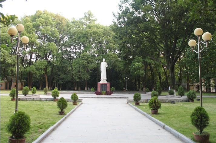 中华民国已故大总统黎元洪的墓位于校园内的一角(华中师范大学研究生