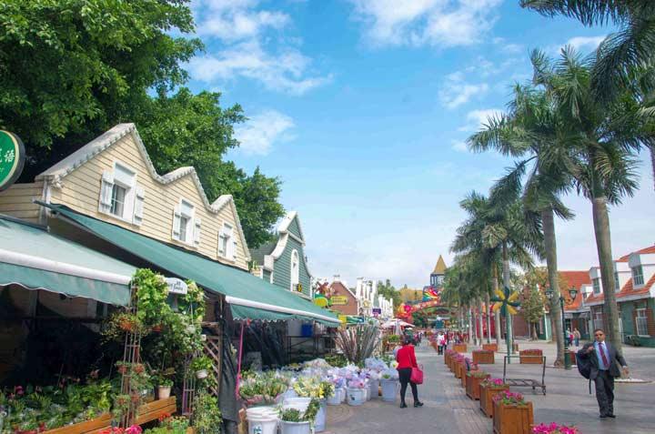 兒童樂園在小鎮的街道上,有很多動漫卡通人物,色彩鮮艷,表情可愛